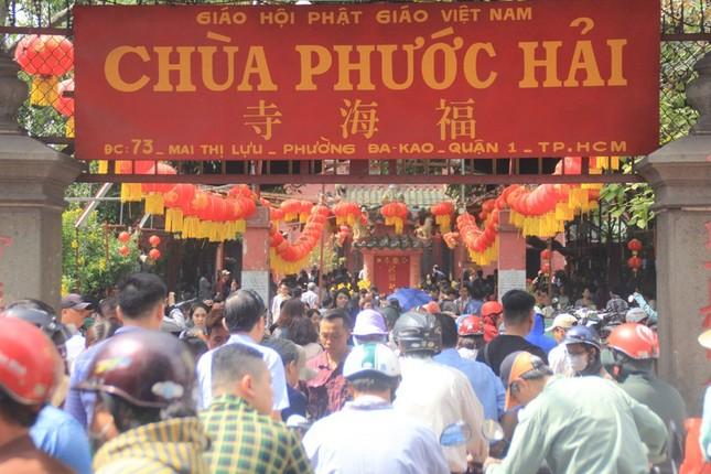 Chùa Phước Hải hay còn biết đến với tên gọi là chùa Ngọc Hoàng, ngôi chùa khá nổi tiếng ở TPHCM từ sau khi cựu Tổng thống Mỹ Obama đến thăm. Hiện nay ngôi chùa này cũng đã ngưng tiếp khách đến để phòng chống dịch COVID-19. 1