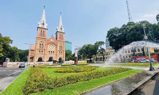 Nhà thờ Đức Bà ở TPHCM trước và sau mùa dịch bệnh COVID-19. Ngày 26/3 tới đây, toàn bộ nhà thờ, nhà nguyện ở TPHCM sẽ không tiến hành thánh lễ và các hoạt động tôn giáo với sự tham dự của cộng đoàn. 2