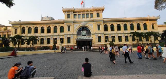 Bưu điện TPHCM cũng là điểm đến của du khách trong và ngoài nước. Tuy nhiên trong những ngày này, quang cảnh nơi đây vắng vẻ, không còn cảnh nhộp nhịp những đoàn khách đến tham quan như trước. 1