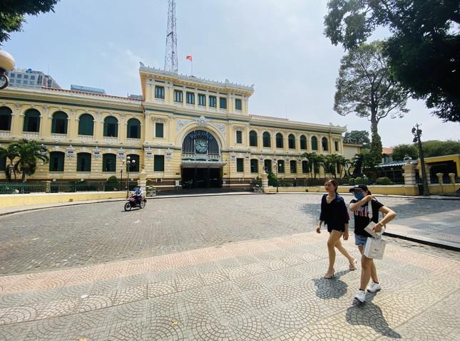 Bưu điện TPHCM cũng là điểm đến của du khách trong và ngoài nước. Tuy nhiên trong những ngày này, quang cảnh nơi đây vắng vẻ, không còn cảnh nhộp nhịp những đoàn khách đến tham quan như trước. 2