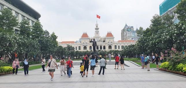 Phố đi bộ Nguyễn Huệ là nơi diễn ra nhiều sự kiện cộng đồng rất sôi động của TPHCM. Cũng là điểm đến của nhiều người để chụp ảnh tuy nhiên ngày 26/3 lại khá vắng vẻ. 1