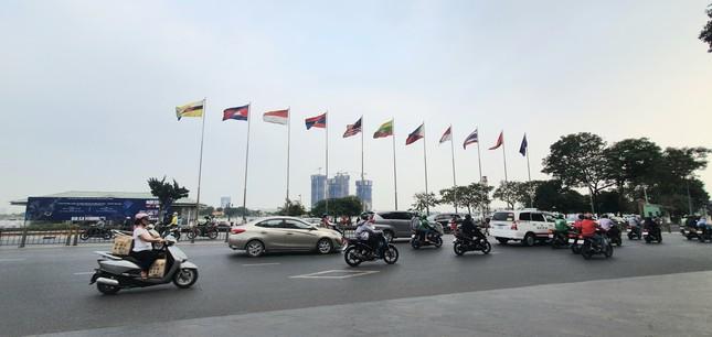Cuối phố đi bộ Nguyễn Huệ là đường Tôn Đức Thắng, hướng ra sông Sài Gòn vốn là con đường tấp nập xe cộ. Hai bức ảnh chụp trước khi có dịch bệnh COVID-19 và ảnh chụp ngày 26/3 khá vắng vẻ, con đường thông thoáng. 1