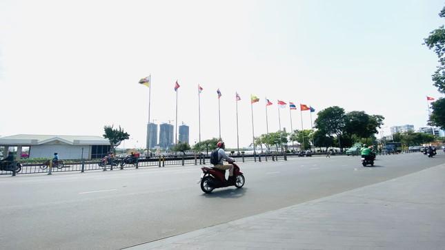 Cuối phố đi bộ Nguyễn Huệ là đường Tôn Đức Thắng, hướng ra sông Sài Gòn vốn là con đường tấp nập xe cộ. Hai bức ảnh chụp trước khi có dịch bệnh COVID-19 và ảnh chụp ngày 26/3 khá vắng vẻ, con đường thông thoáng. 2