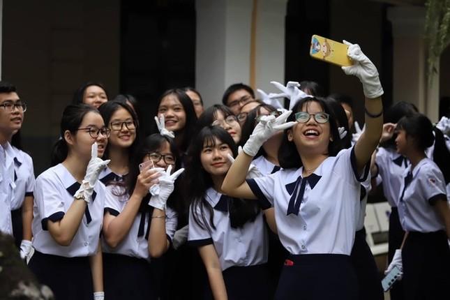 Học sinh TPHCM đi học lại ngồi cách nhau 2m, nếu không phải có vách ngăn ảnh 1
