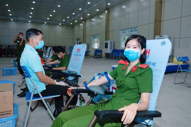 Hơn 1000 cảnh sát hiến máu cứu người ảnh 2