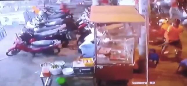 Hàng chục thanh niên vác hung khí đập phá quán ốc ở Sài Gòn ảnh 1