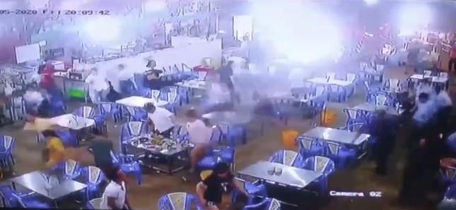 Hàng chục thanh niên vác hung khí đập phá quán ốc ở Sài Gòn ảnh 2