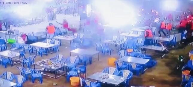 Hàng chục thanh niên vác hung khí đập phá quán ốc ở Sài Gòn ảnh 3