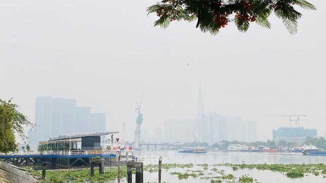 Bầu trời Sài Gòn âm u, chìm trong sương mù ảnh 7