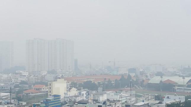 Bầu trời Sài Gòn âm u, chìm trong sương mù ảnh 15