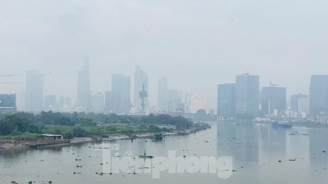 Bầu trời Sài Gòn âm u, chìm trong sương mù ảnh 14