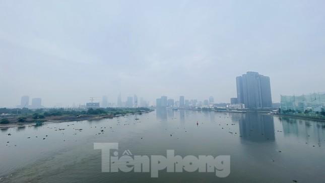 Bầu trời Sài Gòn âm u, chìm trong sương mù ảnh 11