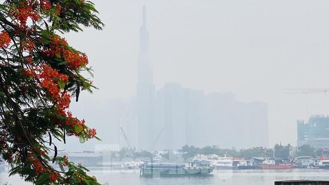 Bầu trời Sài Gòn âm u, chìm trong sương mù ảnh 4