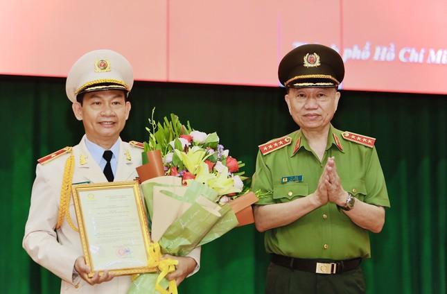 Thăng cấp bậc hàm thiếu tướng cho Phó Giám đốc Công an TPHCM ảnh 1