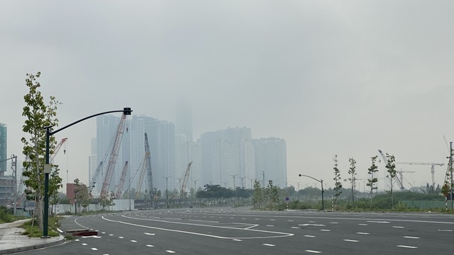 Tiết trời se lạnh, mây mù bao phủ trung tâm TPHCM ảnh 13