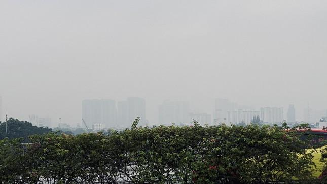 Tiết trời se lạnh, mây mù bao phủ trung tâm TPHCM ảnh 11