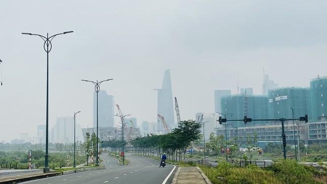 Tiết trời se lạnh, mây mù bao phủ trung tâm TPHCM ảnh 15