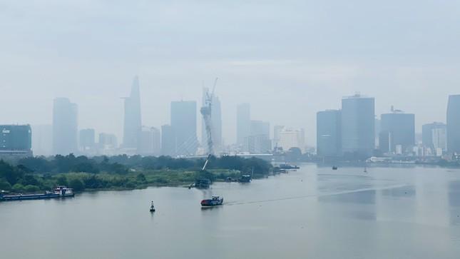 Tiết trời se lạnh, mây mù bao phủ trung tâm TPHCM ảnh 4
