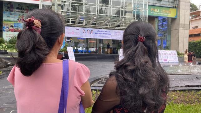 Tâm sự của những người mẹ chờ con dự vòng Sơ khảo Hoa hậu Việt Nam năm 2020 ảnh 2