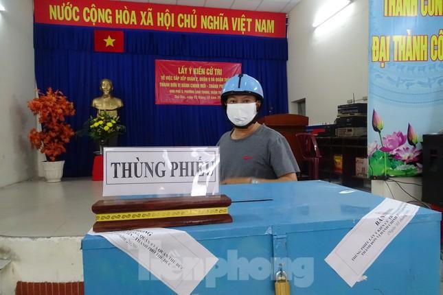 Người dân TPHCM đi bỏ phiếu về việc thành lập TP Thủ Đức ảnh 5