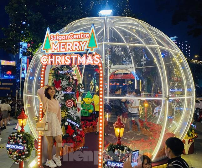 Người dân TPHCM rộn ràng đi chơi Noel sớm ảnh 1