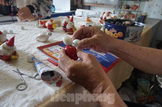 Cụ ông 70 tuổi 'hô biến' vỏ trứng thành ông già Noel độc đáo ảnh 5