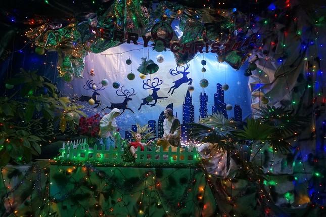 Người dân TPHCM vui chơi đón Giáng sinh trong tiết trời se lạnh ảnh 2