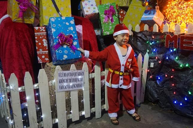 Người dân TPHCM vui chơi đón Giáng sinh trong tiết trời se lạnh ảnh 5