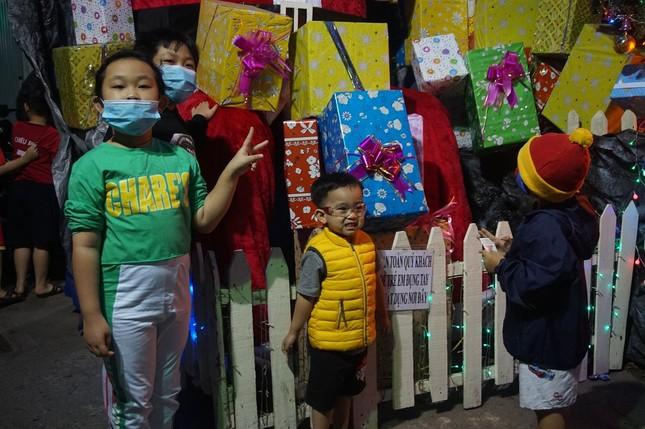 Người dân TPHCM vui chơi đón Giáng sinh trong tiết trời se lạnh ảnh 4