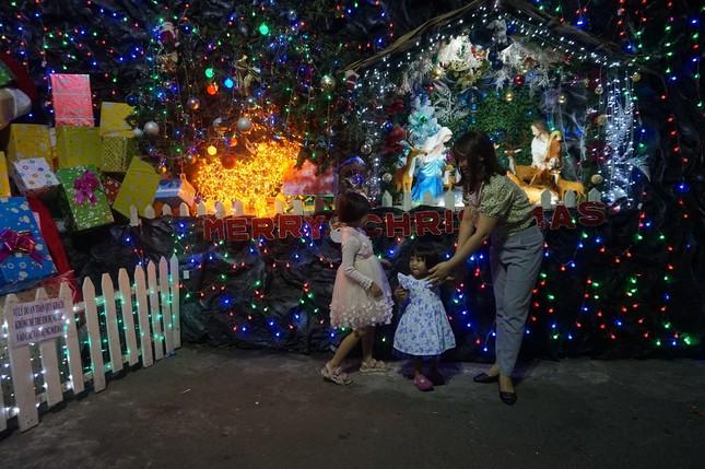 Người dân TPHCM vui chơi đón Giáng sinh trong tiết trời se lạnh ảnh 3