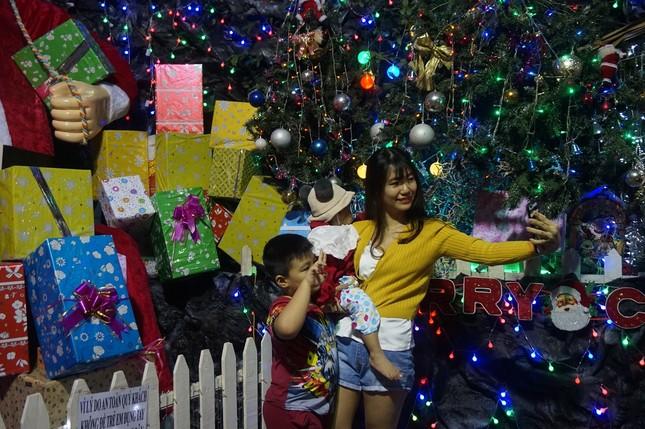 Người dân TPHCM vui chơi đón Giáng sinh trong tiết trời se lạnh ảnh 1