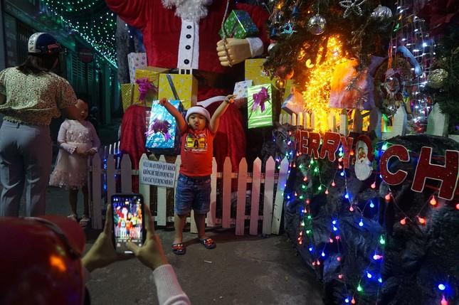 Người dân TPHCM vui chơi đón Giáng sinh trong tiết trời se lạnh ảnh 8