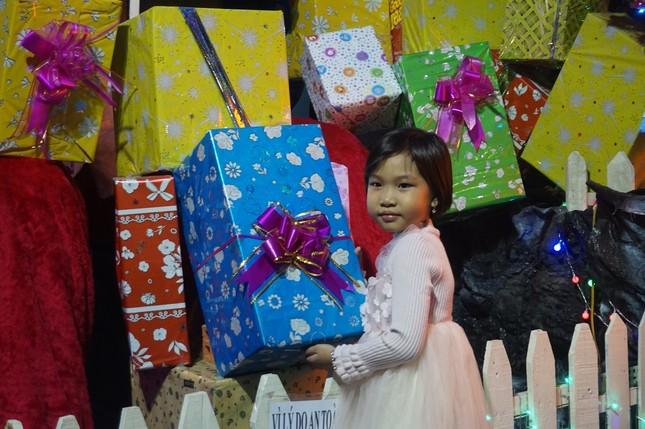 Người dân TPHCM vui chơi đón Giáng sinh trong tiết trời se lạnh ảnh 7