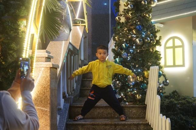 Người dân TPHCM vui chơi đón Giáng sinh trong tiết trời se lạnh ảnh 6