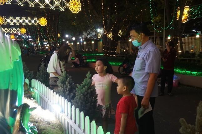 Người dân TPHCM vui chơi đón Giáng sinh trong tiết trời se lạnh ảnh 9
