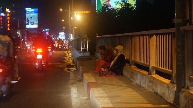 Ấm áp tình người trong đêm lạnh ở TP HCM ảnh 4