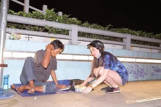 Ấm áp tình người trong đêm lạnh ở TP HCM ảnh 3