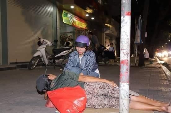 Ấm áp tình người trong đêm lạnh ở TP HCM ảnh 1