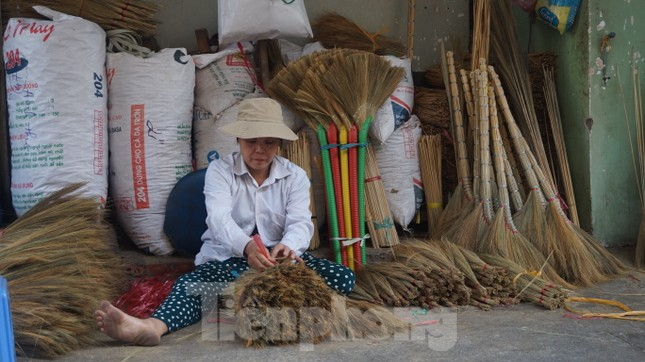 Người Sài Gòn tất bật làm chổi đót bán Tết ảnh 10