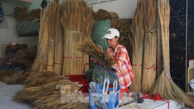 Người Sài Gòn tất bật làm chổi đót bán Tết ảnh 9