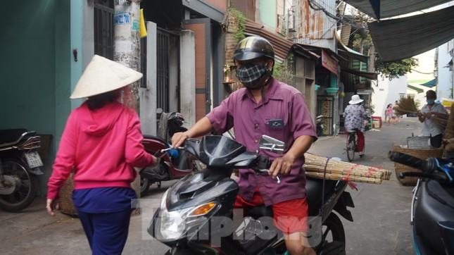 Người Sài Gòn tất bật làm chổi đót bán Tết ảnh 11