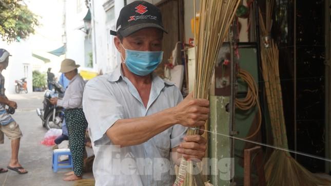 Người Sài Gòn tất bật làm chổi đót bán Tết ảnh 4