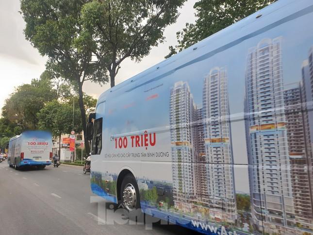 Quảng cáo 'bẩn' bằng xe bịt bùng xuất hiện trên đường phố TPHCM ảnh 1