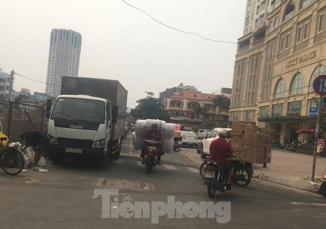 TPHCM: Tái diễn xe 'cà tàng' chở hàng cồng kềnh dạo phố ảnh 11