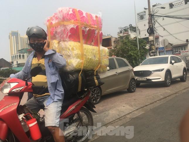 TPHCM: Tái diễn xe 'cà tàng' chở hàng cồng kềnh dạo phố ảnh 7