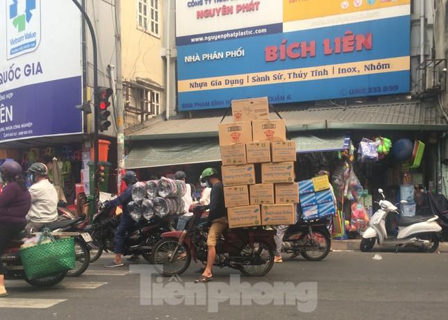 TPHCM: Tái diễn xe 'cà tàng' chở hàng cồng kềnh dạo phố ảnh 13