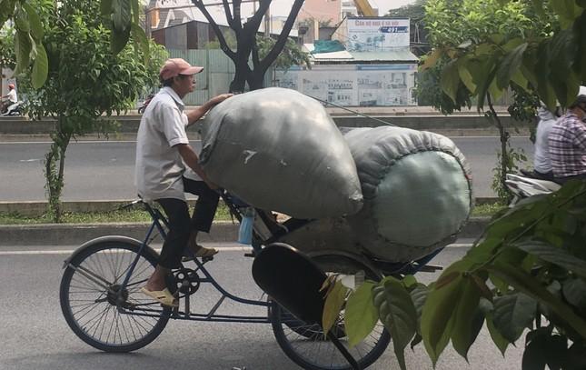 TPHCM: Tái diễn xe 'cà tàng' chở hàng cồng kềnh dạo phố ảnh 9