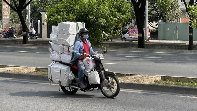 TPHCM: Tái diễn xe 'cà tàng' chở hàng cồng kềnh dạo phố ảnh 5