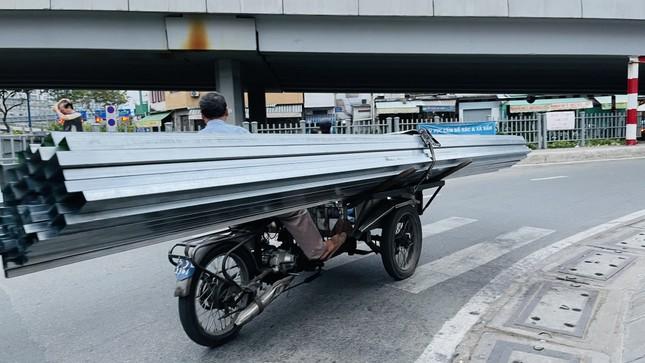 TPHCM: Tái diễn xe 'cà tàng' chở hàng cồng kềnh dạo phố ảnh 2