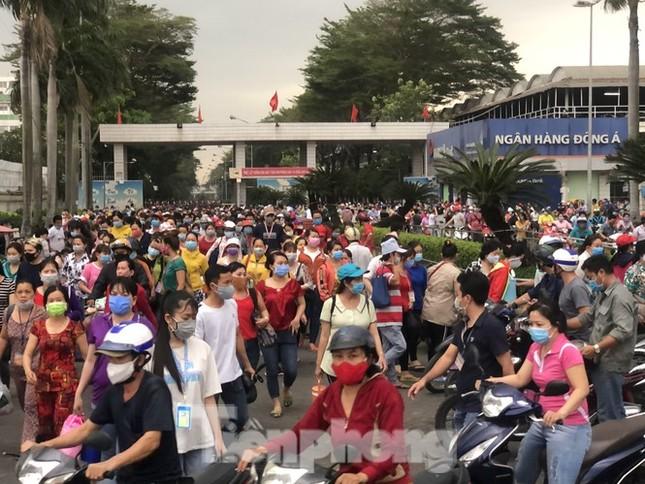 Dịch COVID-19 trở lại, TPHCM có hơn 270.000 công nhân không về quê ăn Tết ảnh 2